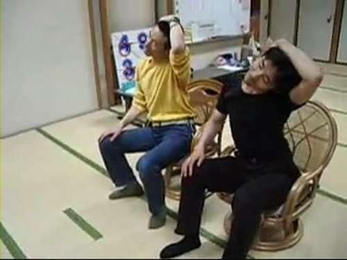 あべこべ体操3−4頭を左に傾けて右のお尻を上げる