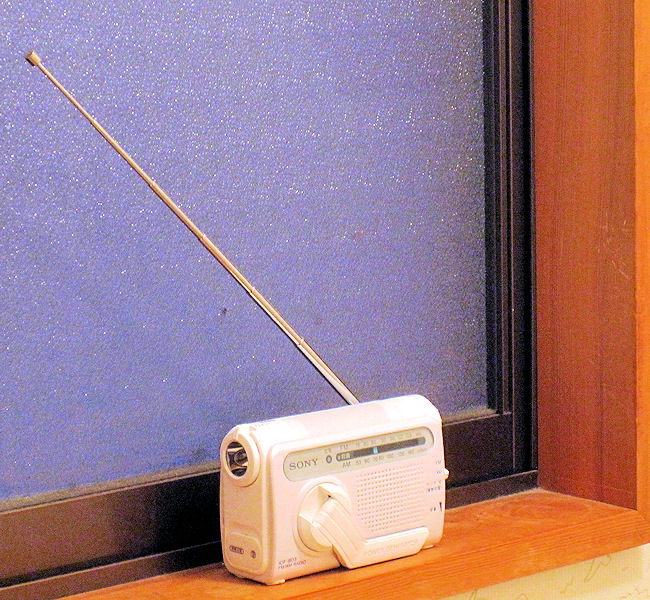 窓枠のラジオの固定