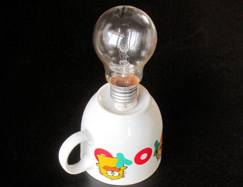 電球をコーヒーカップに立てた