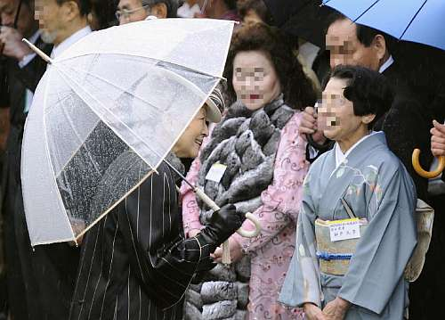 園遊会特別仕様透明ビニール傘「縁結」をお使いになる皇后陛下