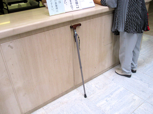 杖を病院の受付カウンターに立て掛ける