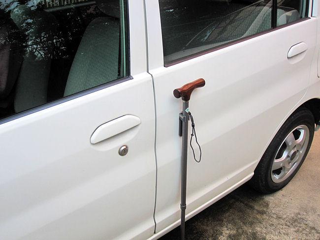磁石を使って杖を車のボディーに立て掛ける
