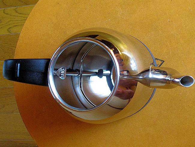 ラッセルホブスの電気ケトル(内部取手側)