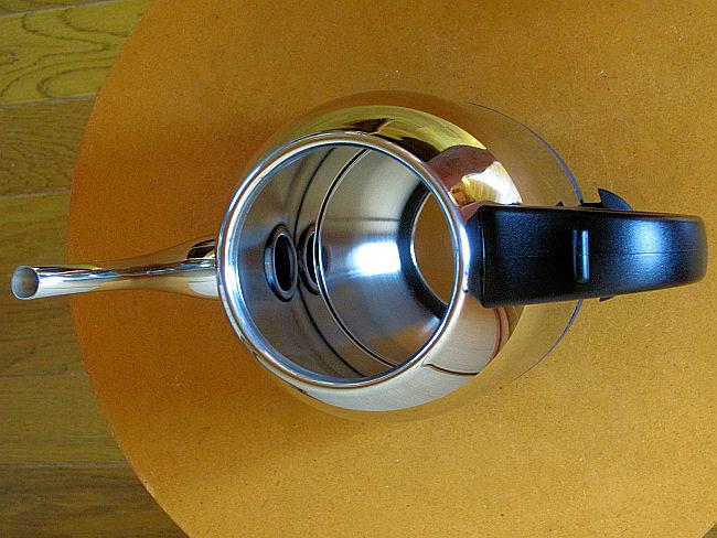 ラッセルホブスの電気ケトル(内部注ぎ口側).jpg