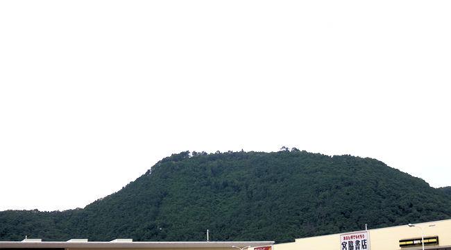 福島市・信夫山(しのぶやま)の烏ヶ崎展望デッキを下から見上げると