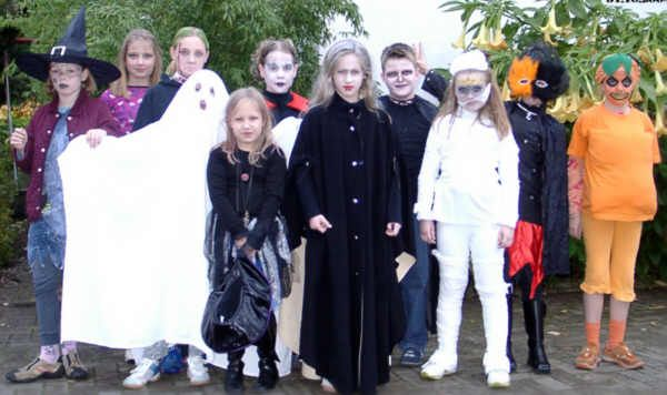 魔女やお化けに仮装した子供たち